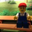 ベンチにいるレゴ人形・レゴランドディスカバリーセンター大阪
