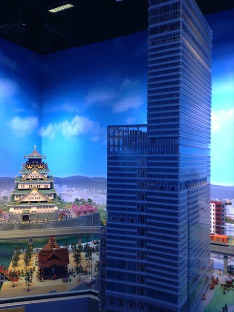 レゴで作られた大阪城とあべのハルカス