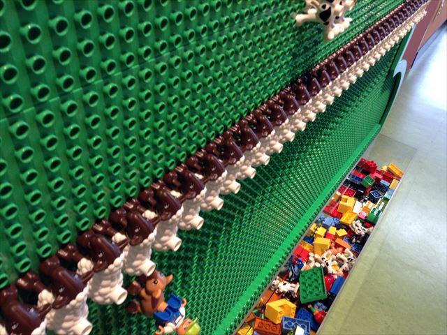 レゴランドディスカバリーセンター大阪の壁にもレゴの基盤がある