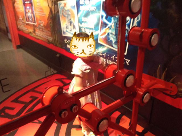 「レゴランドディスカバリーセンター大阪」のアトラクション「レゴニンジャゴー トレーニングキャンプ」アトラクション「バタック」で遊ぶ娘