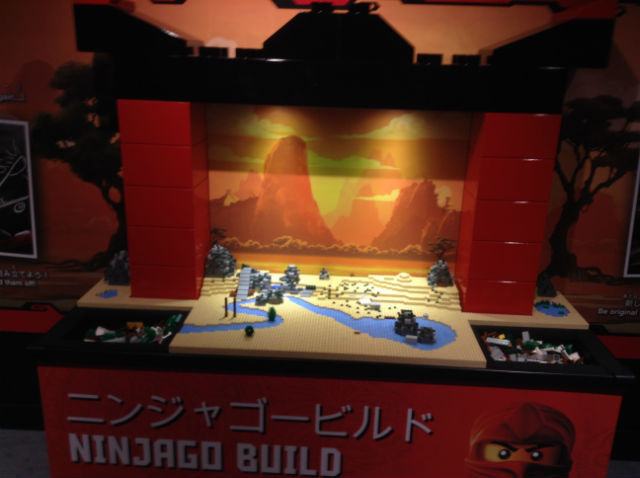 「レゴランドディスカバリーセンター大阪」のアトラクション「レゴニンジャゴー トレーニングキャンプ」アトラクション「ニンジャゴービルド」