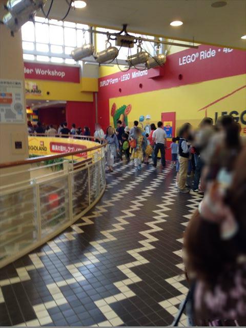 レゴランドディスカバリーセンターに入場するために並んでいる様子。混雑状況行列