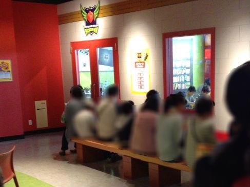 レゴランドディスカバリーセンター大阪のアトラクション「マスタービルダーアカデミー」に並んでいる様子