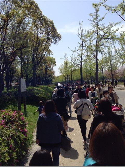 ミキハウスイベント「ミキハウスランド」の行列に並ぶ様子