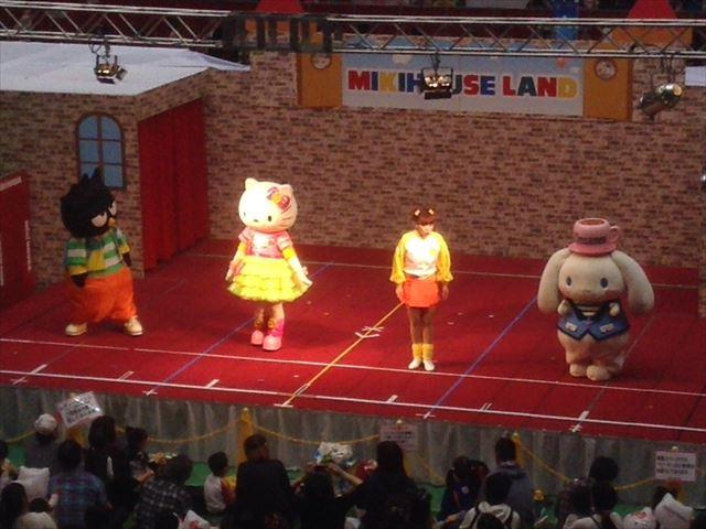 ミキハウスイベント「ミキハウスランド」キャラクターショーの様子「ハローキティ」
