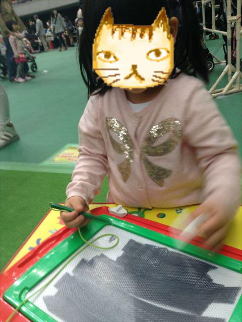 タカラトミーの「せんせい」で遊ぶ娘の様子