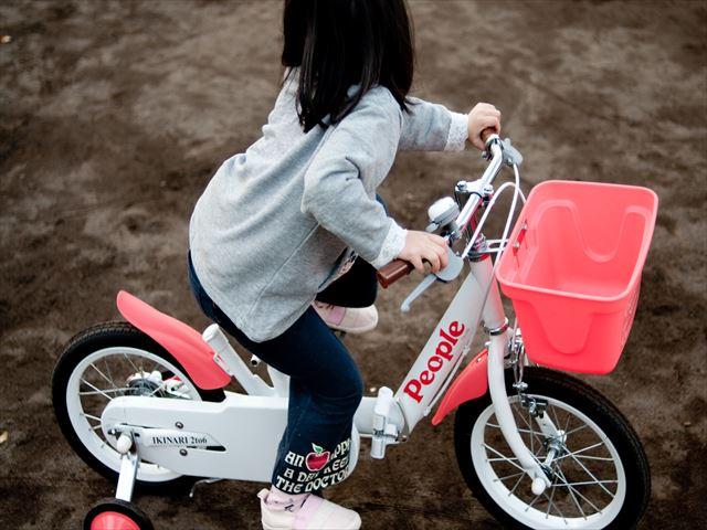 子供用自転車に乗る幼児