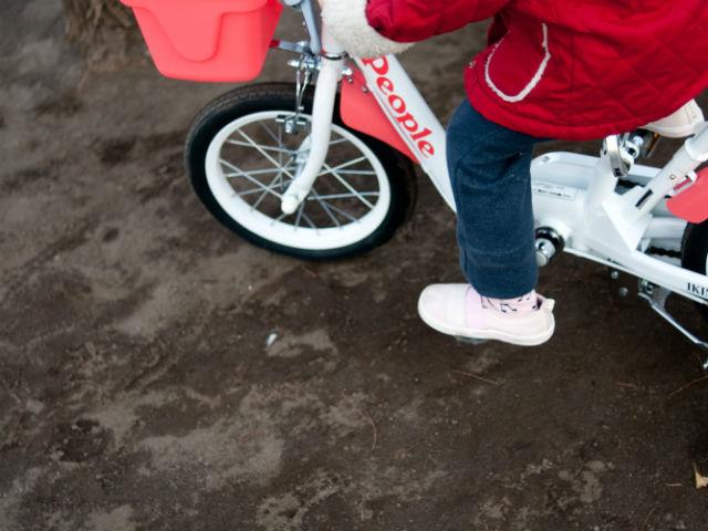 駒なし自転車に乗る幼児