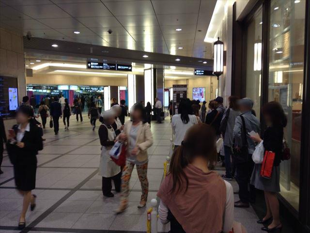 阪急梅田本店地下1階・グランカルビー整理券配布場所&並ぶ場所の様子