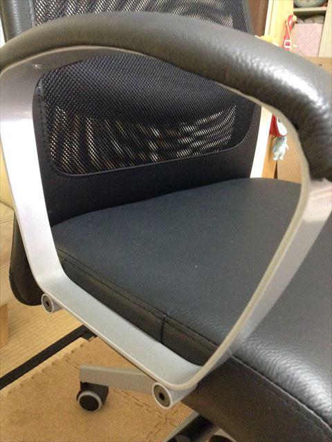 IKEAのオフィスチェア「MARKUS」組立て・肘掛の固定