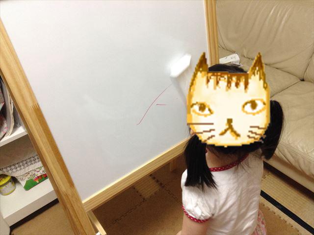 ホワイトボード&黒板用イーゼル「MALA」で遊ぶ子供
