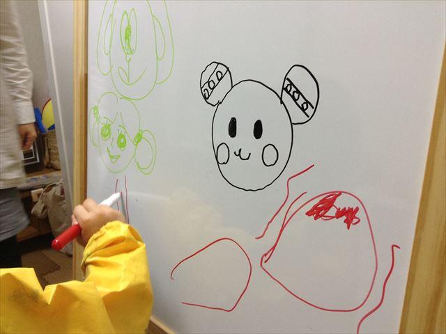 ホワイトボード&黒板用イーゼル「MALA」で遊ぶ子供の様子