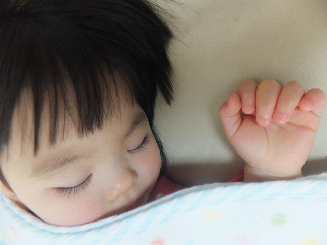 子供が昼寝している様子