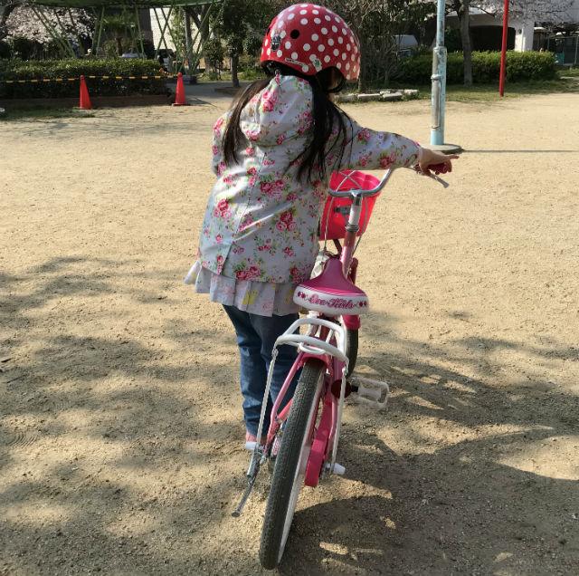 駒無し自転車の練習を始める娘