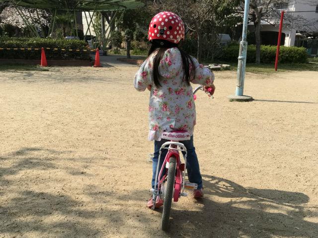 駒無し自転車で練習する子供