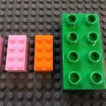 レゴデュプロとレゴブロックとの違いを比較している様子