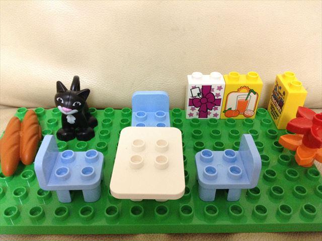 レゴデュプロ「プレイハウス」3階建ての家をブロックで作る。庭のテーブルと椅子