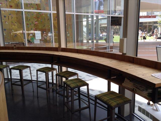 グリーンカフェ森ノ宮キューズモールBASE店、店内の様子。1人席カウンター