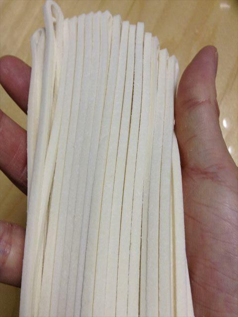 「さぬきうどん亀城庵」の半生麺を取り出した様子