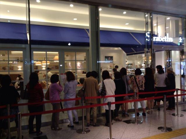 「サラベス(Sarabeth's)」大阪店、行列の様子