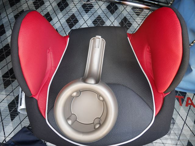 コンビ「ムーヴフィットジュニア」メッシュ・カラープラス(Colorplus)・座席とドリンクホルダー
