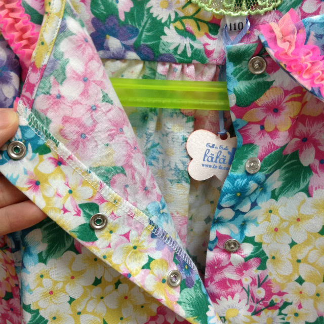 フェフェで購入した子供服(ワンピース)ボタン周辺