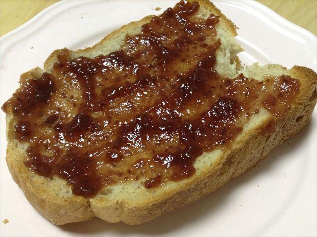 「メリディアン(Meridian)」のオーガニックラズベリー・フルーツスプレッドをパンに塗った様子