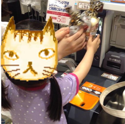 セルフレジで商品をスキャンし会計をする娘