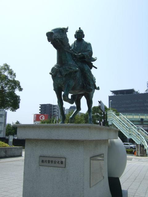 徳川吉宗像。和歌山県立近代美術館前