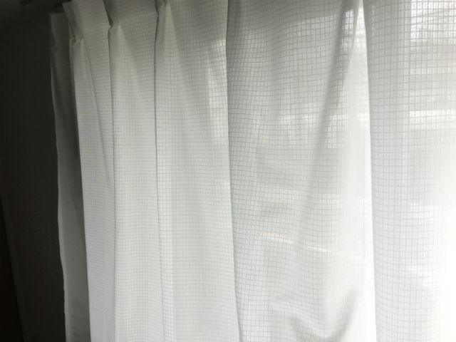 ニトリのレースカーテン「エコオアシス」を取り付けた様子