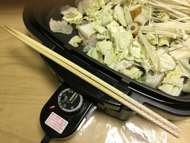 ホットプレートに菜箸が置ける図
