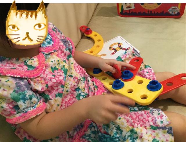 ボーネルンド・テクニコ「スターターボックス」で子供が遊んでいる様子