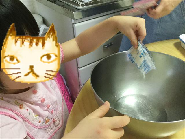 手作り簡単スイーツ「カルピスフルーツゼリー」を子供と作ってみた。寒天を入れる様子