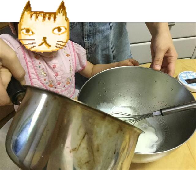 手作り簡単スイーツ「カルピスフルーツゼリー」を子供と作ってみた。ボウルに牛乳を加える