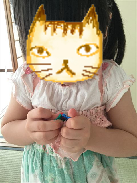 「LAQ(ラキュー)ベーシック011・体験パック(立体)」で遊ぶ子供