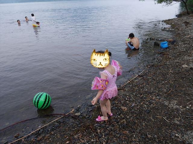 奥琵琶湖で水遊びする子供