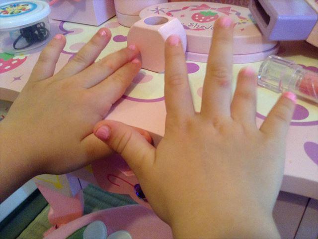 子供用マニキュア「ピギーペイント(Piggy paint)」を指の爪に塗った様子