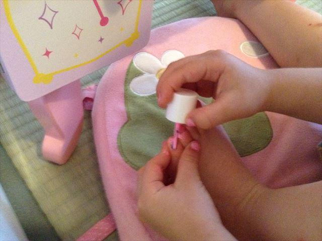 子供用マニキュア「ピギーペイント(Piggy paint)」を足の爪に塗っている様子