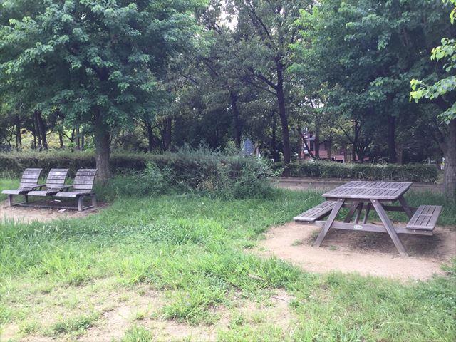 鶴見緑地公園の遊具①周辺のベンチ