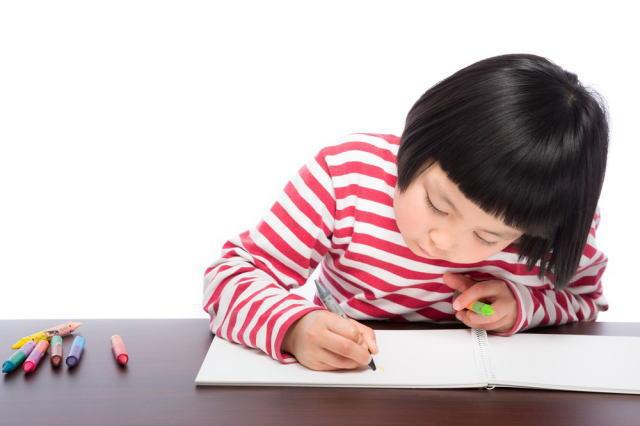勉強する幼児(女の子)