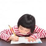 勉強する幼稚園児