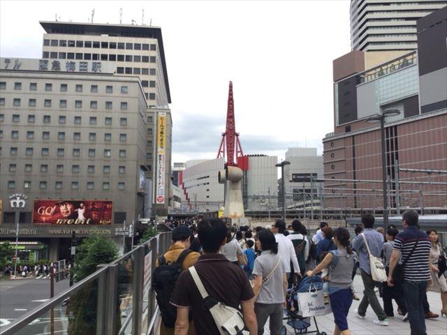 阪急電車・梅田駅・2階中央改札に向かう道順・歩道橋