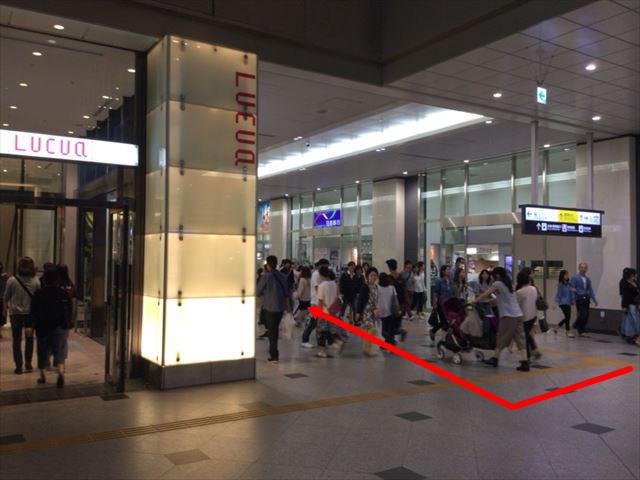 大阪駅からルクア大阪を右折した図