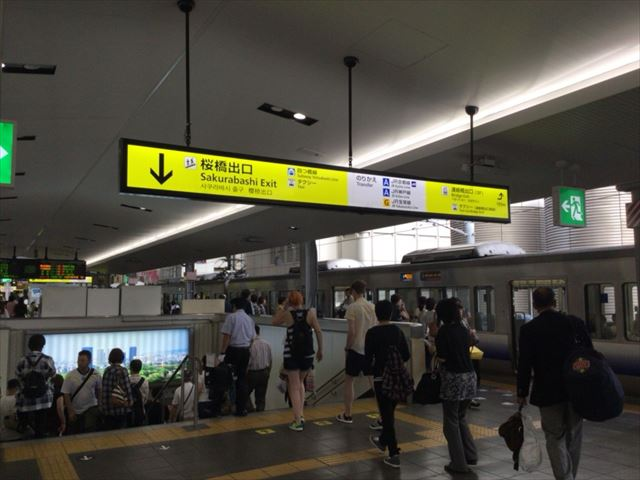 JR大阪駅ホーム、桜橋口方面の階段
