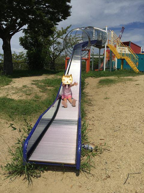 舞洲緑地公園の遊具広場(大型遊具)ロング滑り台を滑る子供