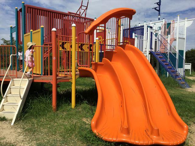 舞洲緑地公園の遊具広場(大型遊具)三段滑り台