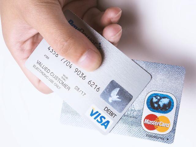 クレジットカードを複数持っている様子