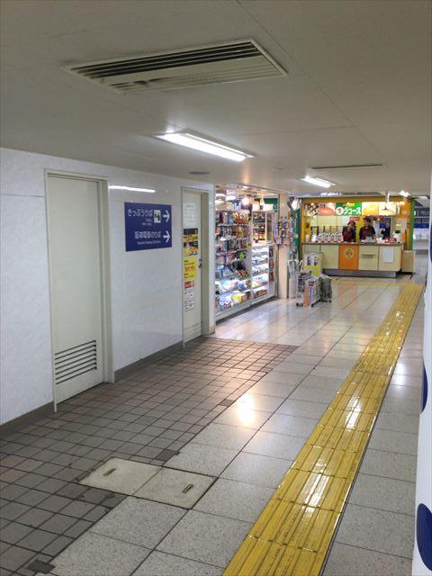 阪神百貨店のエレベーターから出て阪神電車乗り場に向かう道
