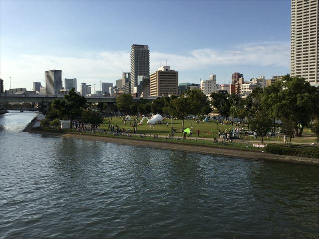土佐堀川から見た中之島公園の様子