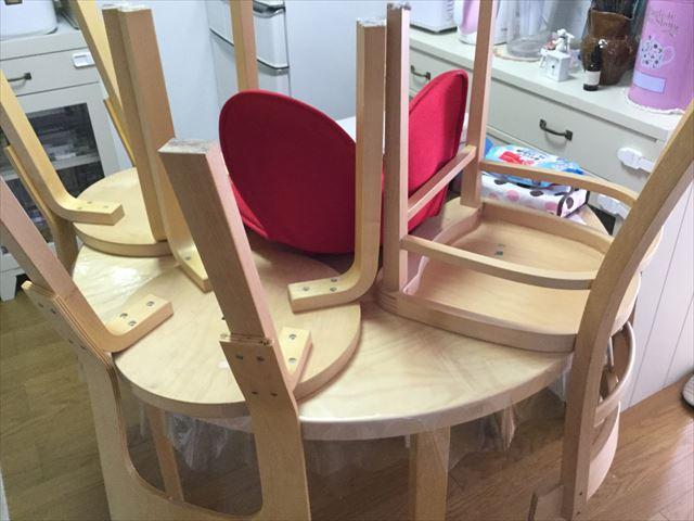 ルンバ980に掃除してもらうために椅子を机の上に移動させた図